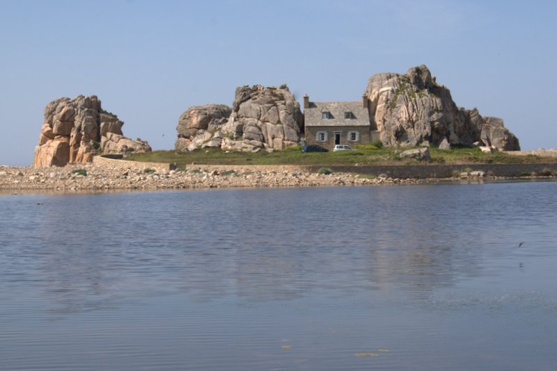 House integrated in the rock formations of Plougrescant