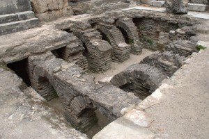 The floor in the hots baths in Perge is not raised on stacks of brick tiles, but arches.